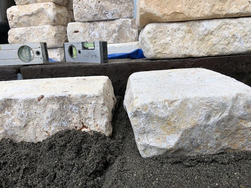 真横からみて設置する石が少しだけ高めになっているという説明の写真