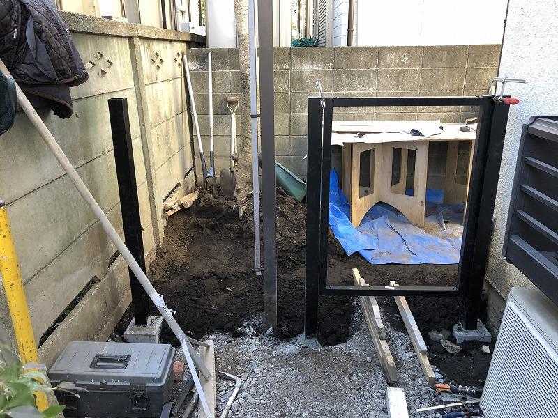 国分寺で施工途中の樹脂フェンスと門扉