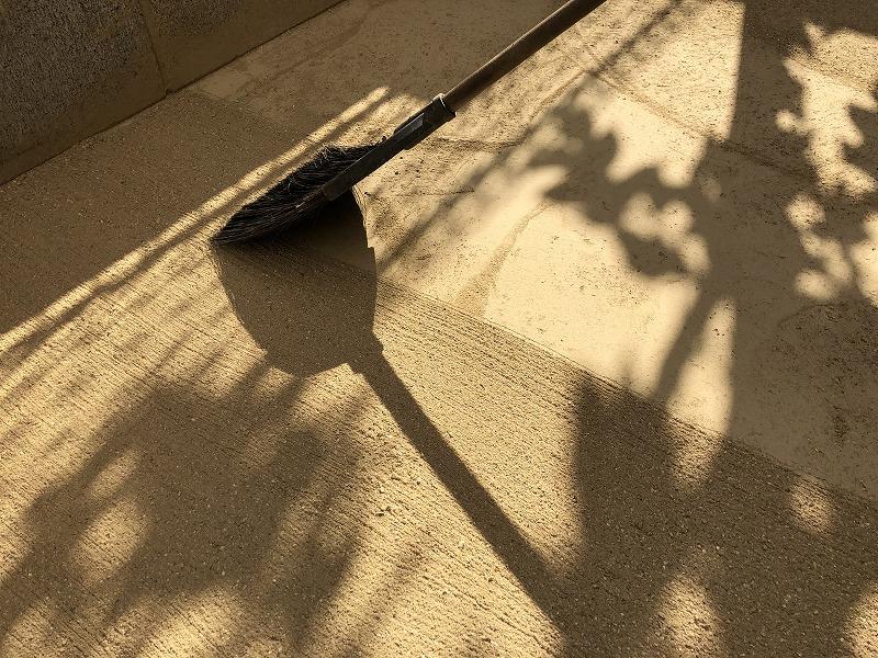 固まる土の刷毛仕上げを行う施工方法