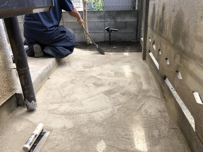 国分寺市で固まる土の作業を施工する職人さん