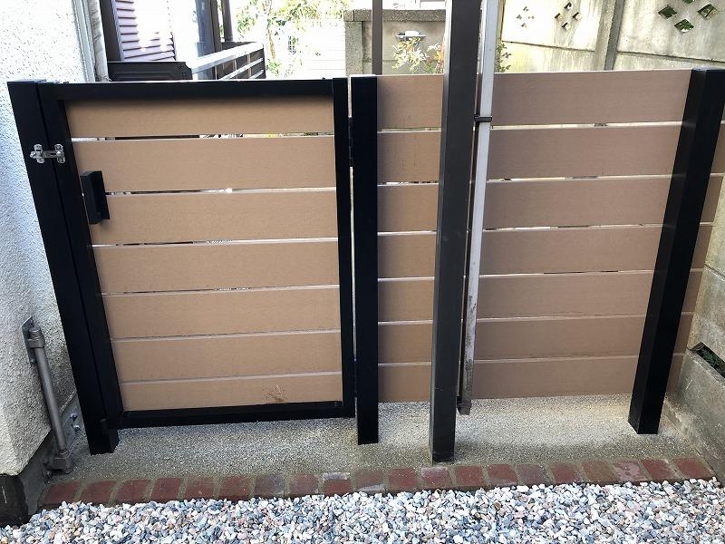 アルミ支柱と樹脂フェンスの門扉