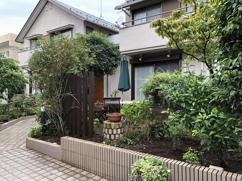 和庭園の象徴でもあるモッコクを抜根して隙間ができた武蔵野市のお庭