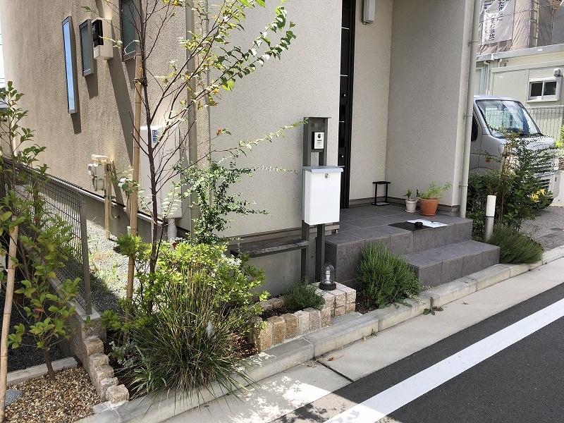 植物が荒れ放題の横浜市の新築住宅の玄関前の現状