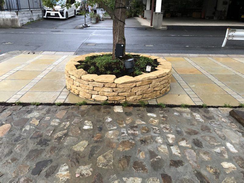 イギリスのコッツウォルズ地方のハニーストーンの石積み花壇