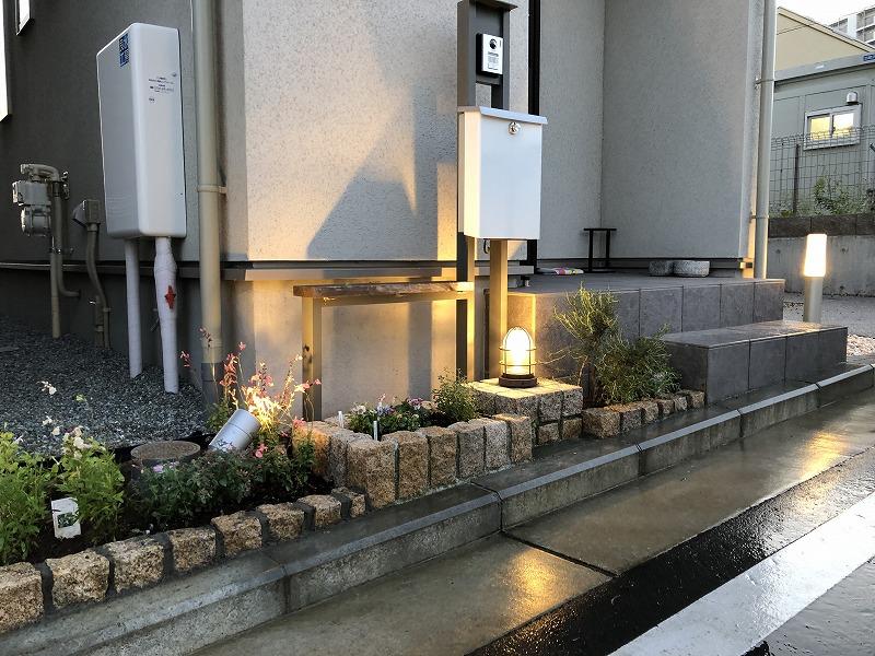 花壇のピンコロを追加施工した建売り住宅の玄関前