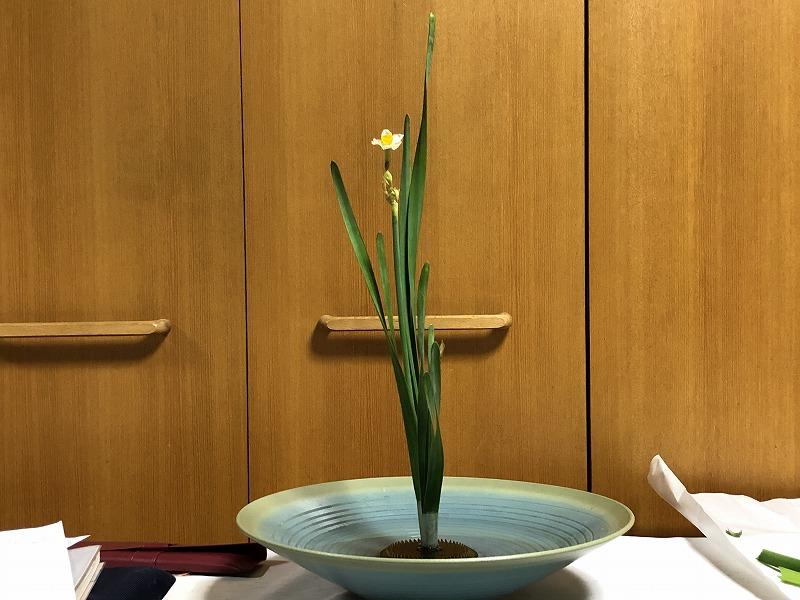 目黒教室で練習した2株生けの水仙