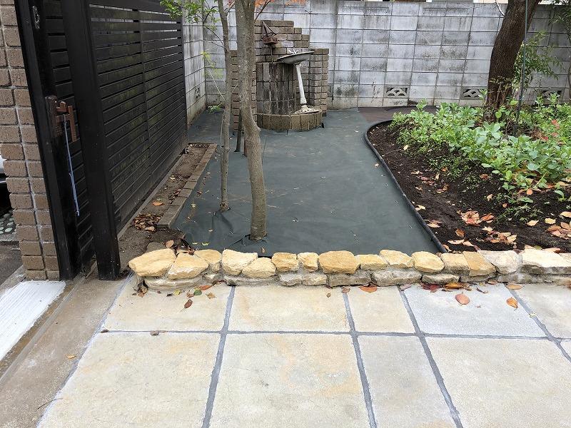 目黒区のコッツウォルズ石の石積みと石の平板の庭づくり