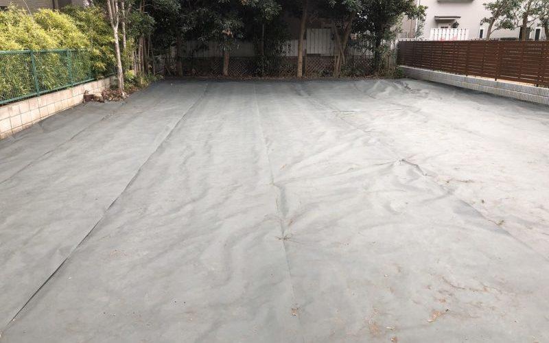 表に出ない仕事世田谷区成城の空地で防草シート設置