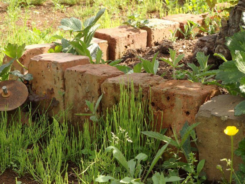 簡易的なDIYで試せるレンガ花壇の例