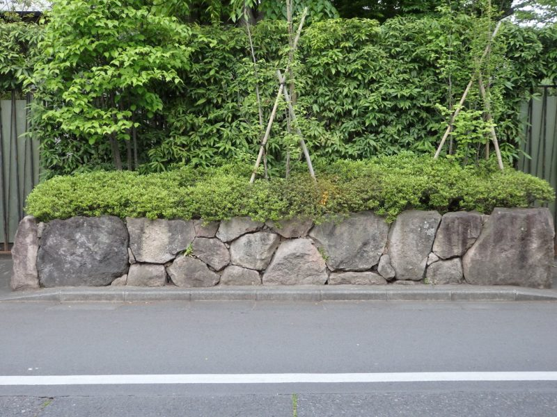 面積みと言われる表面が平になる石積み