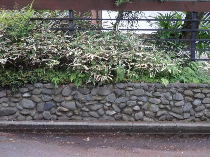川石の雑石積みの花壇