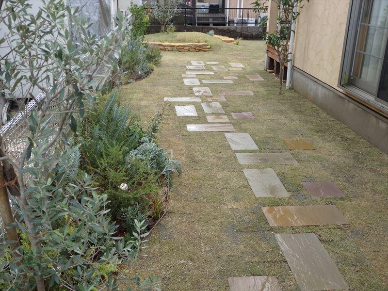 仕切り材を使って芝生の侵入を防ぎ花壇をつくる