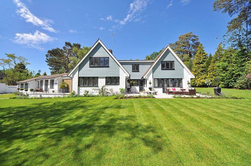 美しい芝生に囲まれた郊外の一軒家