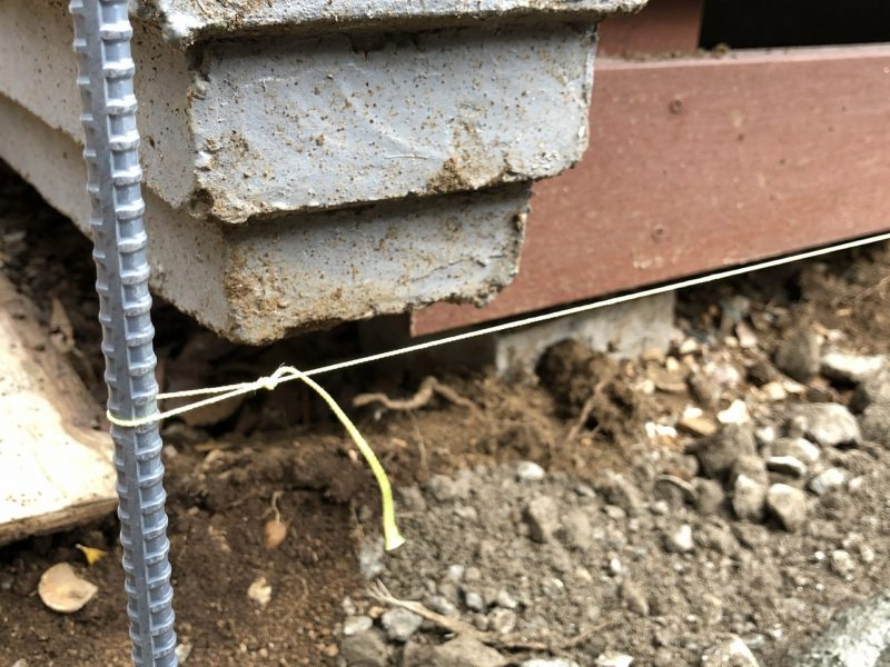 レンガの高さを揃えるための水糸