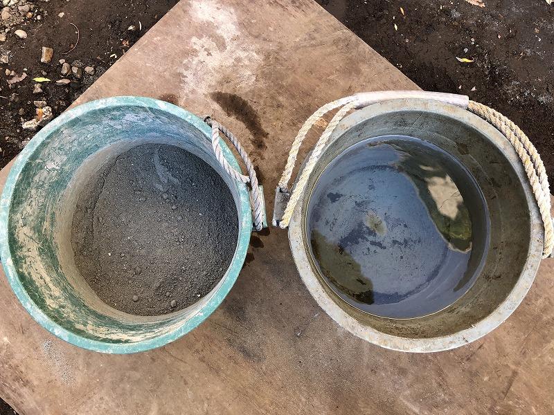 モルタルをつくるために砂とセメントを混ぜたものと水