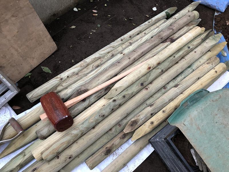 樹木の支柱のための防腐処理された丸太支柱