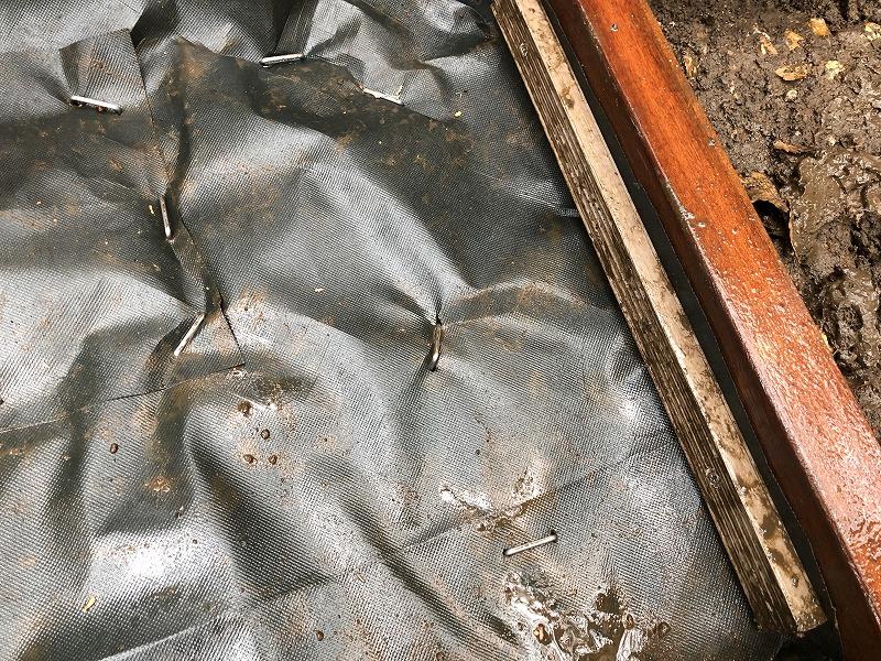 余った材料を工夫して防草シートを固定する方法