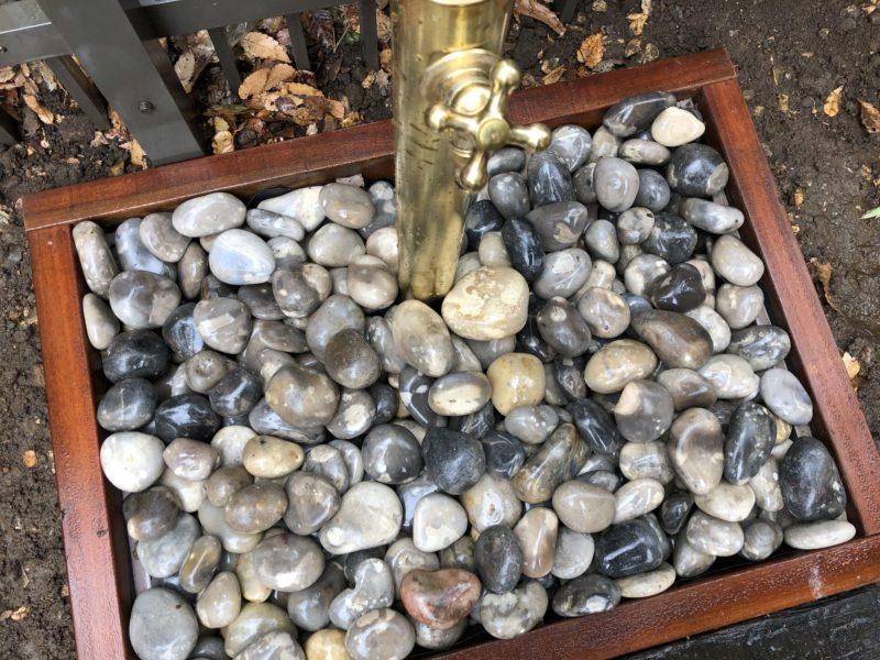 外水道の真鍮製の蛇口にマッチしたフランス製の砂利