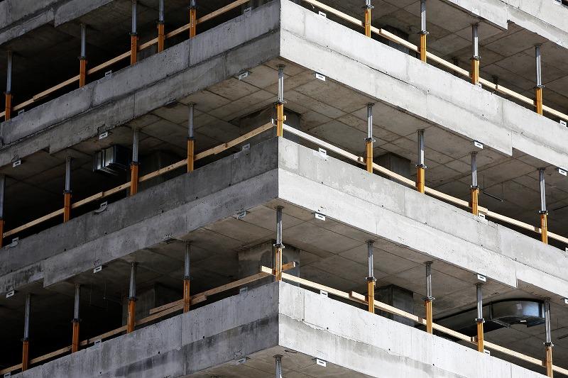 建築途中のコンクリートのビル