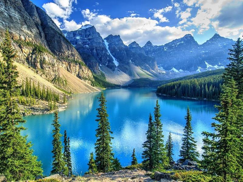 広大な湖がある国立公園があるカナディアンロッキー山脈