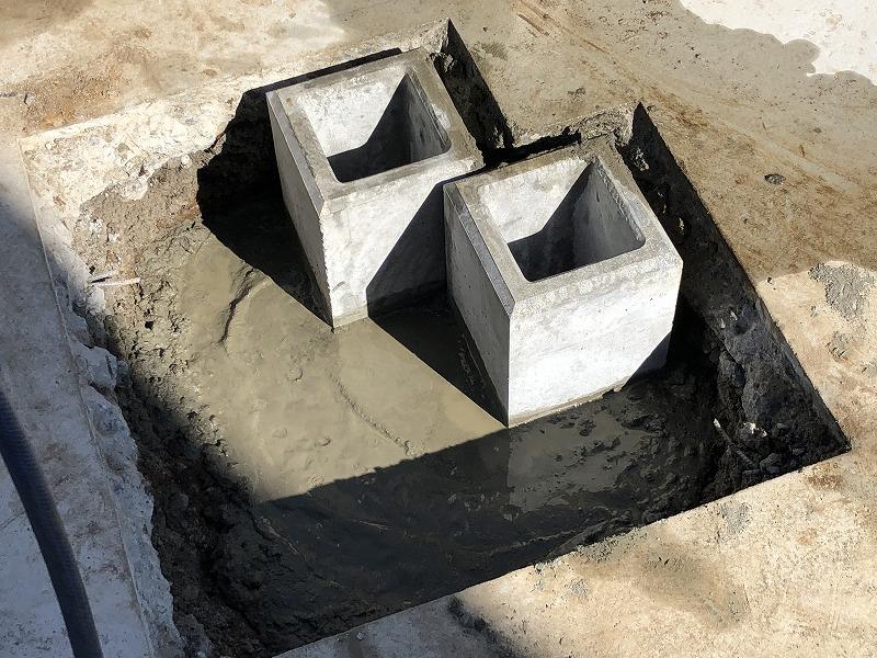 独立基礎の設置のためにコンクリートを流し込んだ穴