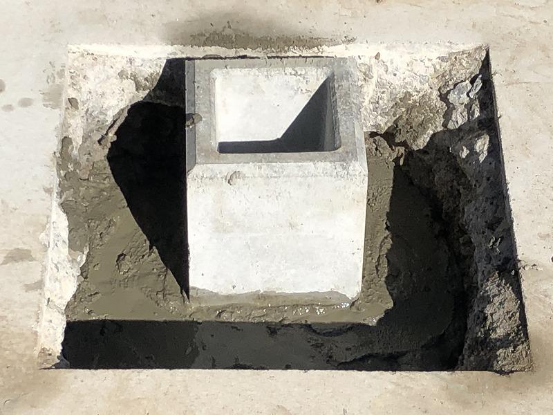 アルミ支柱を立てるために独立基礎をコンクリートで固定する工程