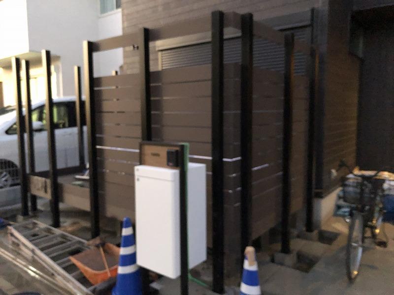施工途中のアルミ支柱と樹脂フェンス