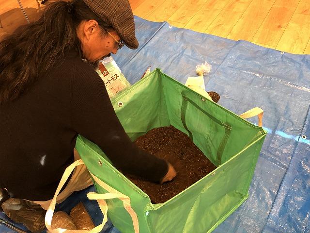 肥料がはいってないフカフカの最高の土づくり