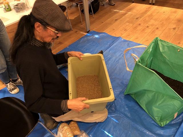 鉢底石をいれず赤玉土で底をつくる岡本先生