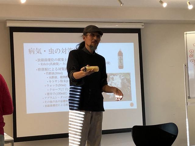 野菜や種のついて解説する岡本よりたか先生