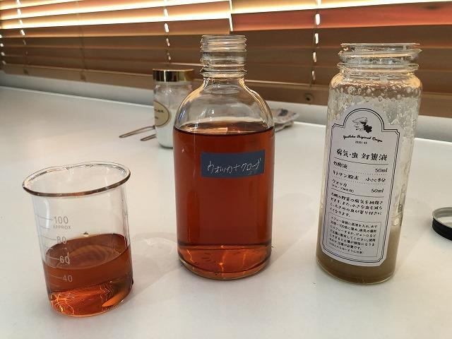 竹酢液とキトサン粉を混ぜたものにウォッカを入れる
