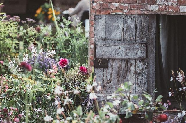 小屋がある自然素材のナチュラルガーデンの庭づくり