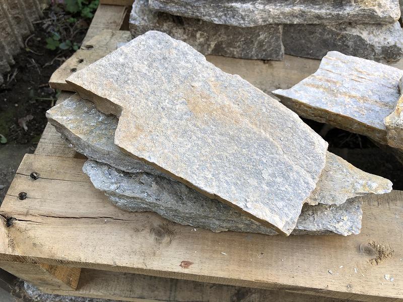 抑え目なイエローとシルバーが混ざったような石英岩