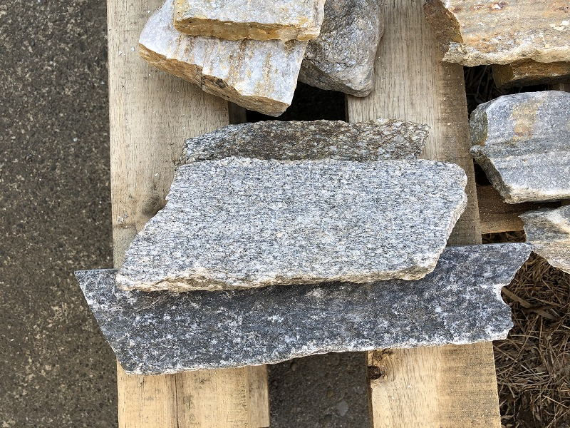 霜降りみたいな地層になったアメリカ産の石英岩