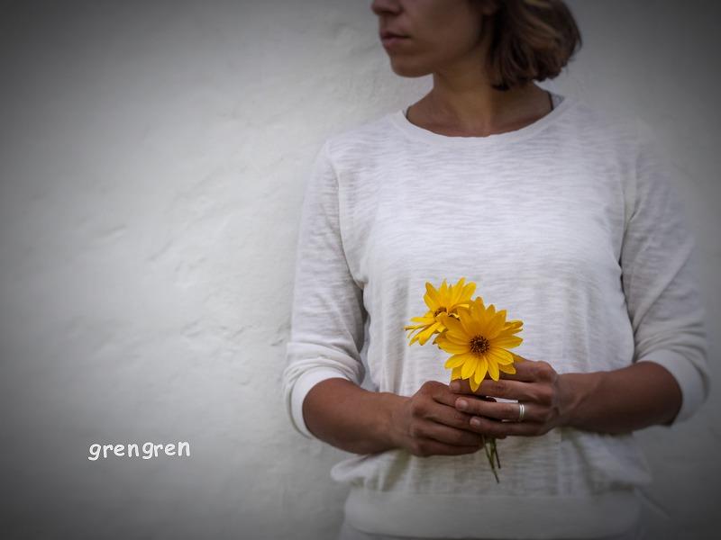 平和の象徴である花を持つ女性