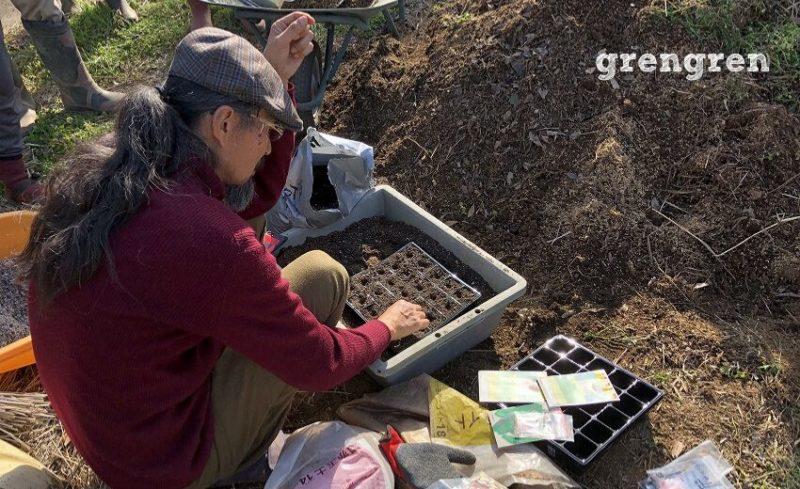 苗床をつかって種まきを行う岡本よりたか先生