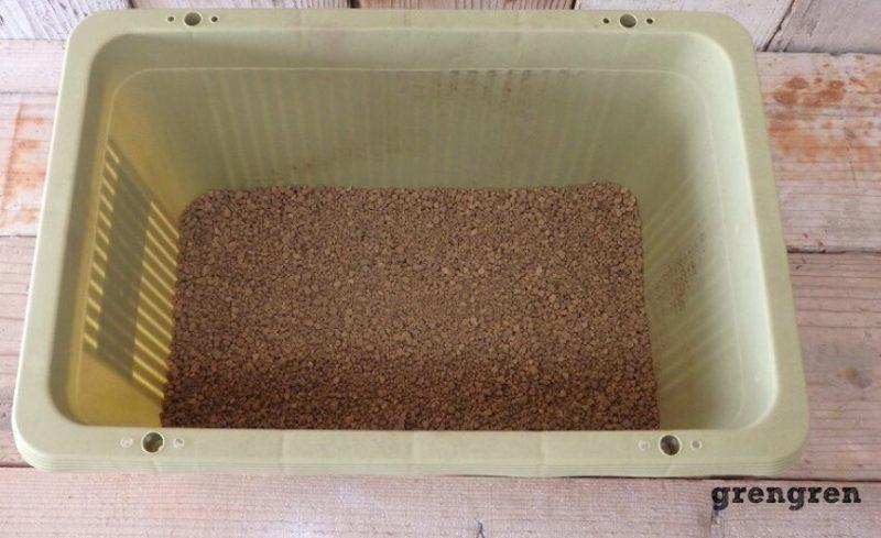 鉢底石の代わりに小粒の赤玉土を一番下に入れる
