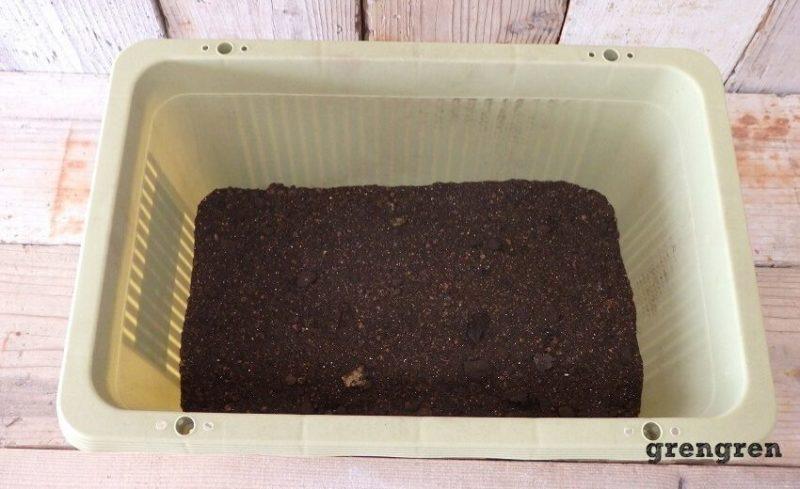 基本の土壌を入れた野菜づくりのプランター