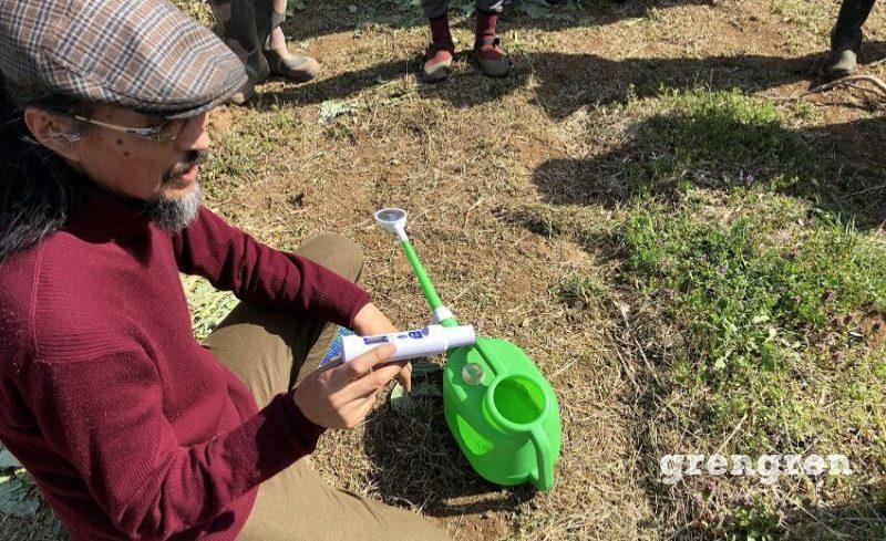 計器をつかって土壌の状態を確認する