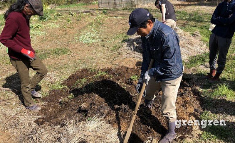 雑草堆肥の天地返し