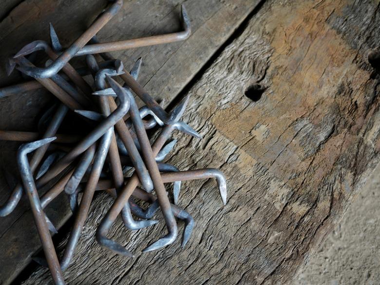 鉄製の枕木同士を連結して固定するかすがいと言う金具