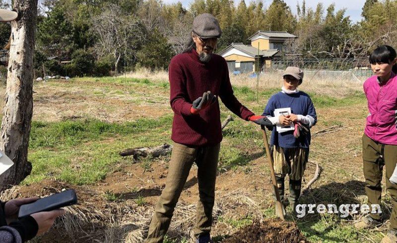 雑草堆肥について説明する岡本よりたか先生