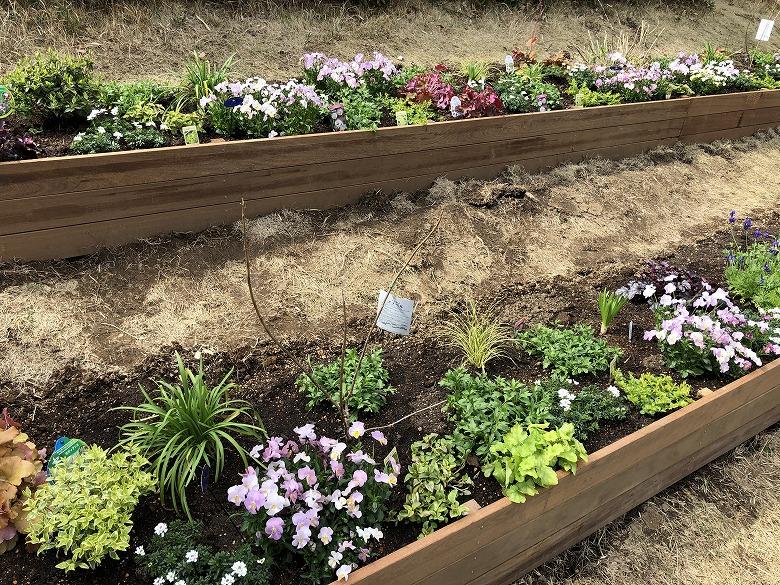 横浜の公園で施工したイペをつかった自然素材の花壇