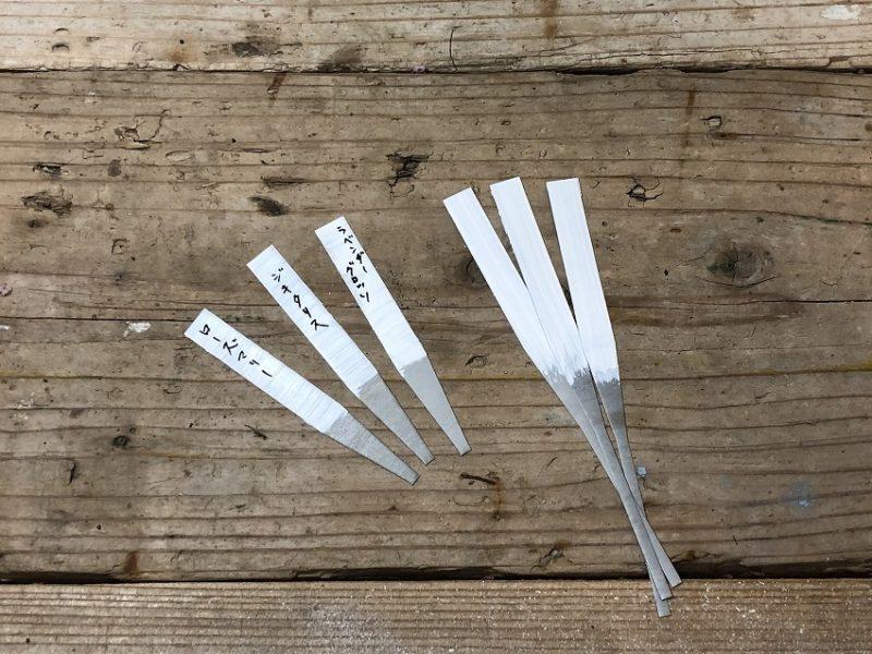 亜鉛製の植物ラベルに白ペイントを施す名札