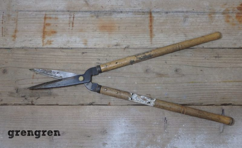 使い込まれた植木仕事で使う刈込みバサミ