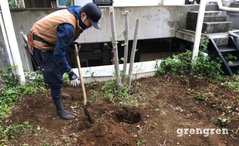 伐採作業を行った後で抜根作業を行う作業風景