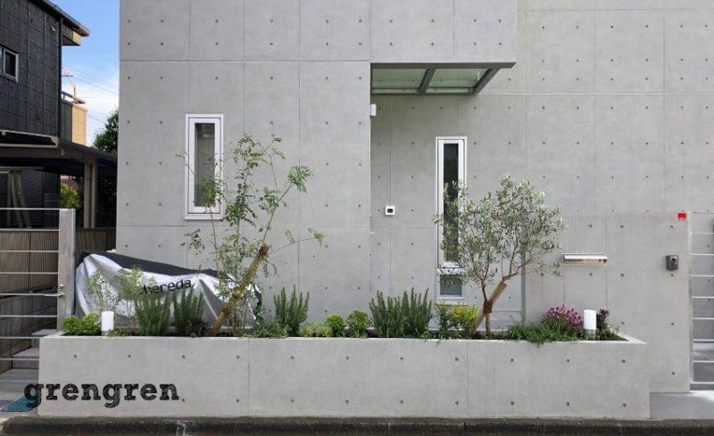 植栽が出来上がった狛江市の新築住宅の植栽工事