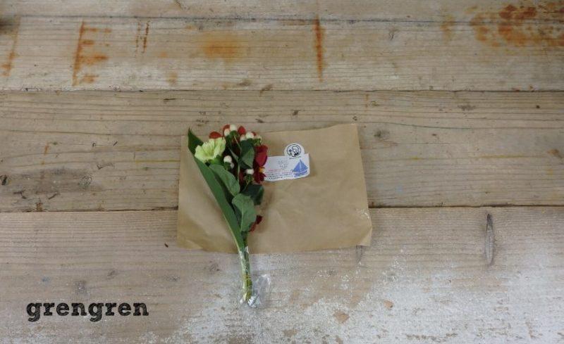 ブーケみたいに梱包されているブルーミーライフのお花の定期便