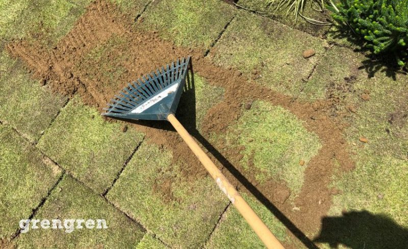 TM9など芝生の張り方の目地に砂をいれる工程作業