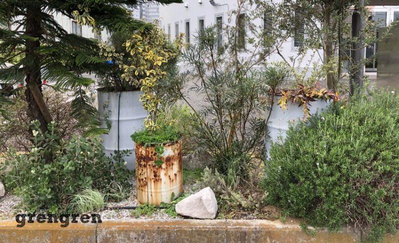 会社で使われているドラム缶を使ったデザインのお庭